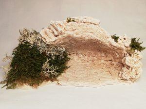 Grotte décorée avec mousses et lichens Prix: 12,5 €  Dim:   20 x 10 x 9 cm  Poids approximatif: 690 g