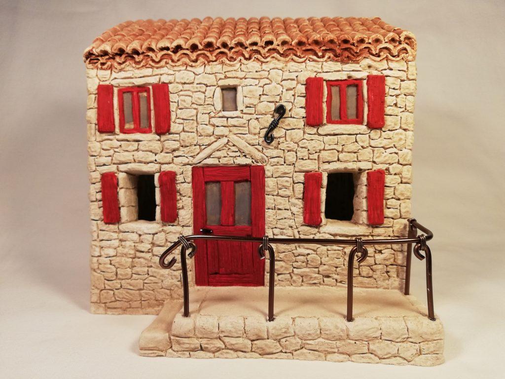 Maison à étage aux volets rouges avec terrasse et rambarde (existe également en vert, bleu, marron) Prix: 31 €  Dim: 19 x 12,5 x 20 cm  Poids approximatif: 2,6 kg