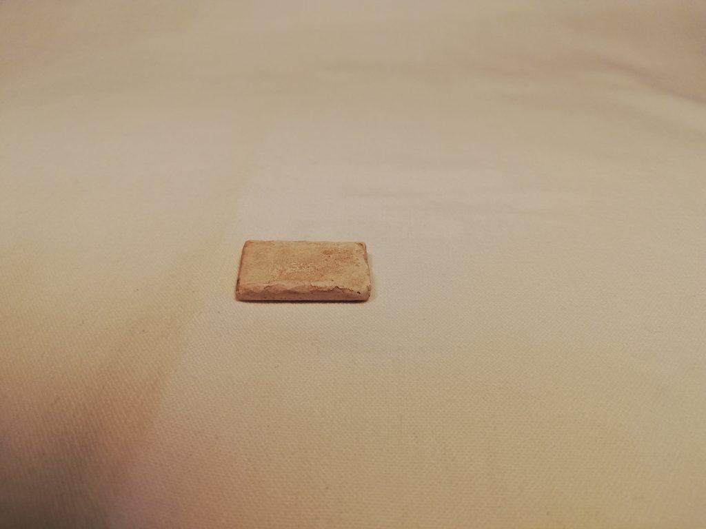 Petite dalle pour béalière  Prix: 0,5 €  Dim: 3 x 2 x 0,5 cm  Poids approximatif: 5 g