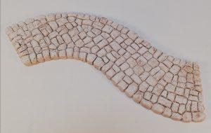 Chemin pavé sinueux Ce chemin peut s'adapter aux différents chemins (Rectiligne, coudés, croisée...) Nouveauté 2020 Prix: 3,5 € Dim:  Encombrement maxi 24 x 9 x 0,8 cm Largeur cheminement: 6 cm Poids approximatif: 150 g