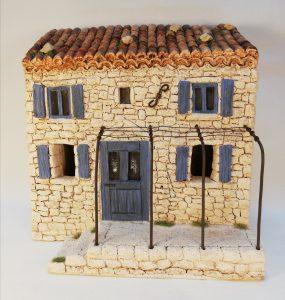 Maison à étage aux volets bleus avec terrasse et pergola pour santons 7 cm (existe également en vert, rouge, marron, gris) Prix: 31 € Dim: 19 x 12,5 x 20 cm Poids approximatif: 2,6 kg