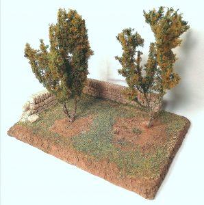 Truffière comprenant 2 arbres et un muret d'angle pour santons 5 cm Nouveauté 2020 Prix: 17 € Dim: 15,5 cm x 11,5 cm x 3 cm (ht hors arbres) Poids approximatif: 250 g