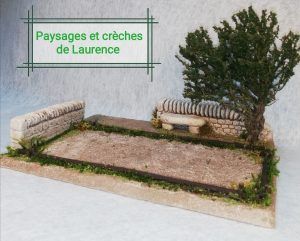Terrain de Pétanque pour santons 7cm comprenant 2 murets, un banc en pierre, un arbre et le terrain de jeu délimité par des rondins de bois